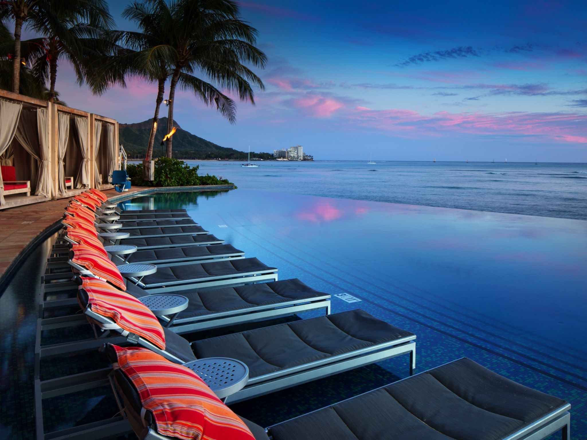 Edge-of-Waikiki-infinity-pool